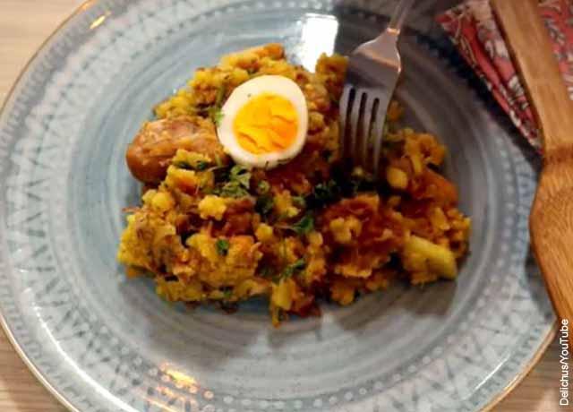 Foto de un plato de arroz con carnes y buevo