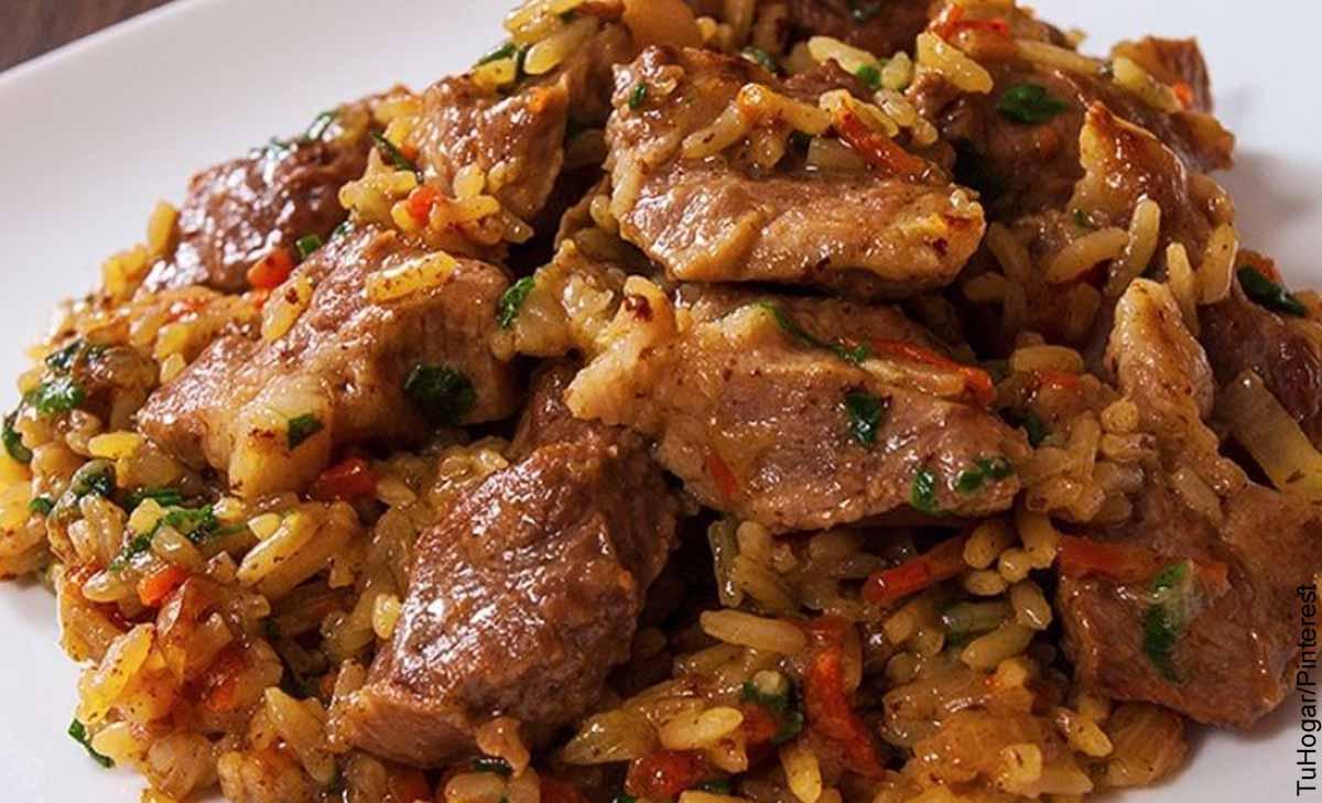 Foto de un plato con carnes que muestra el arroz atollado y su receta