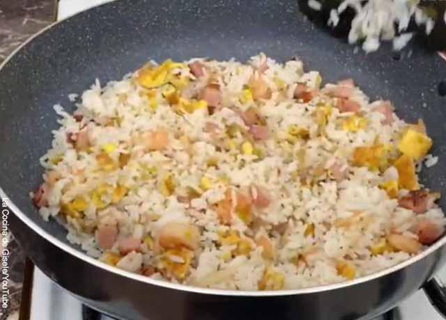 Foto de un arroz al wok con vegetales