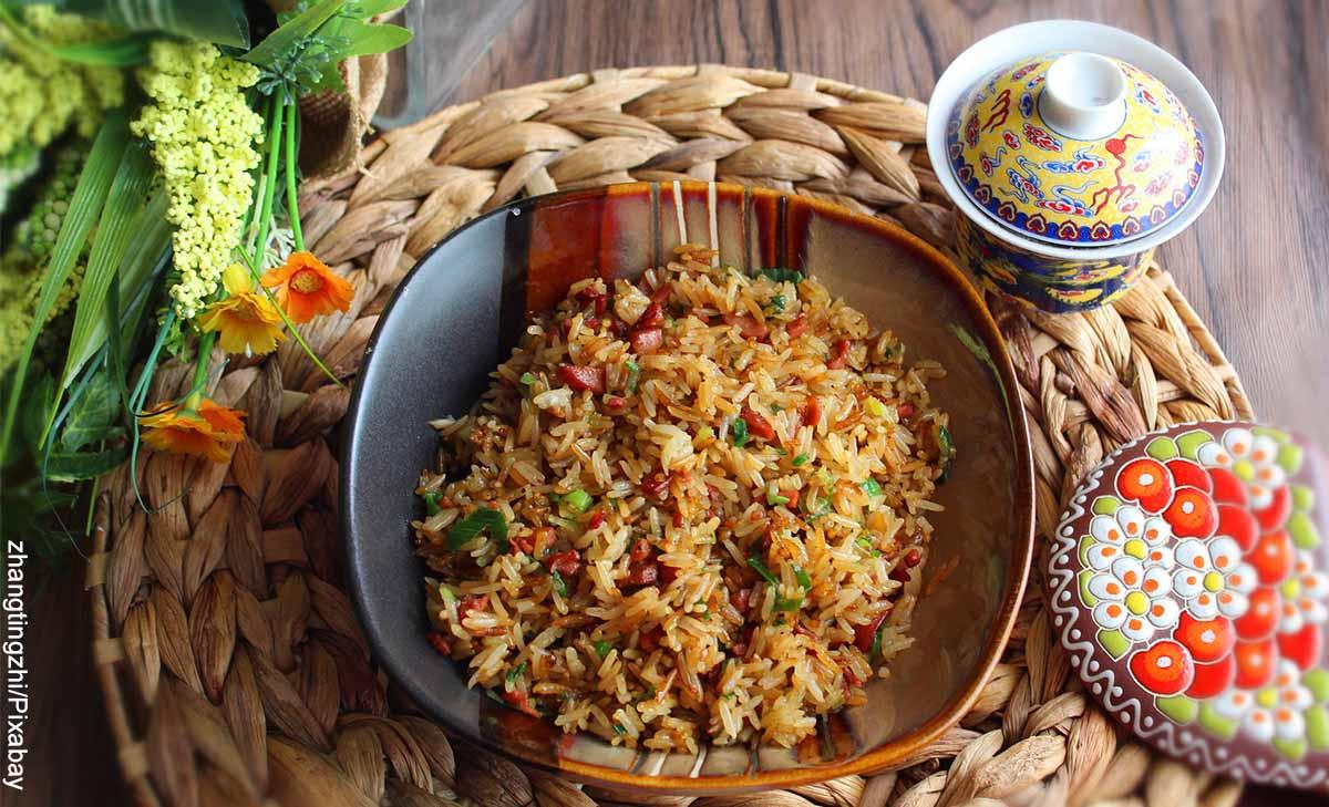Foto de un arroz chino servido en un plato que revela el arroz chino y su receta cómo se hace