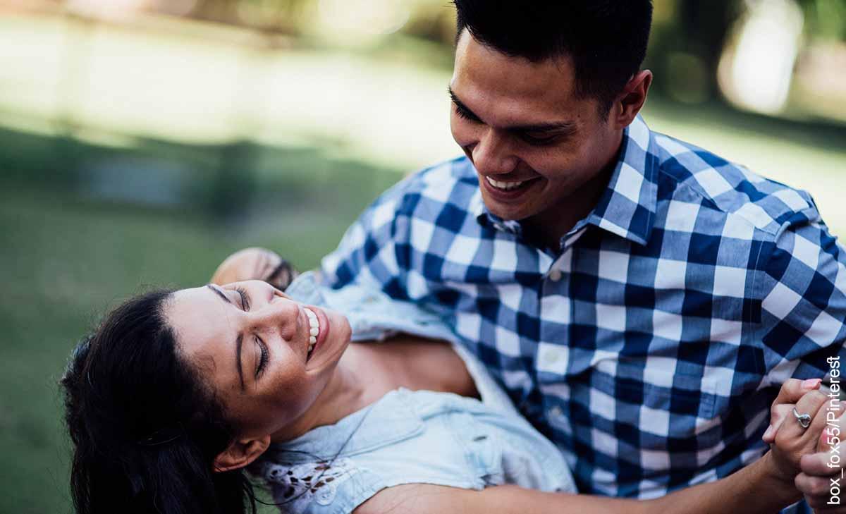 Foto de una pareja bailando que revela las canciones de salsa para dedicar