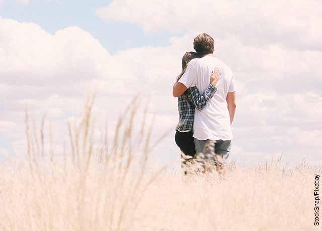 Foto de una pareja de novios abrazados