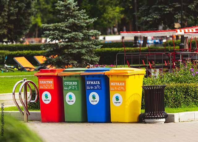 Foto de canecas de reciclaje en un parque infantil