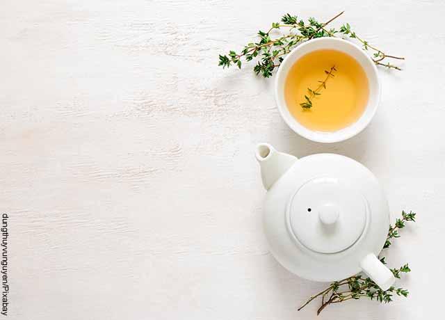 Foto de una taza de té con hierbas sobre la mesa