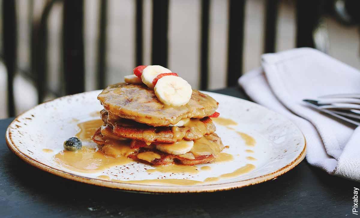 Foto de unas tortillas con fruta que muestra cómo hacer pancakes de avena