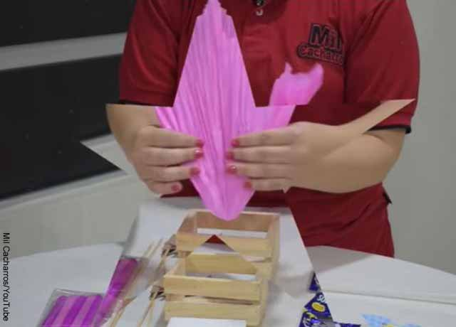 Foto de una persona haciendo dobleces en un papel