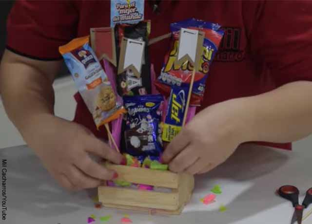 Foto de una caja de madera llena de dulces