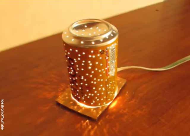 Foto de una lata con agujeros y una extensión de luz