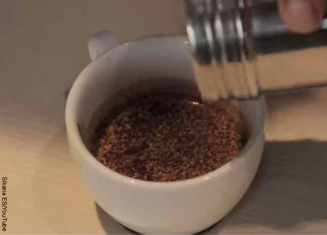 Foto de una taza de café con cacao