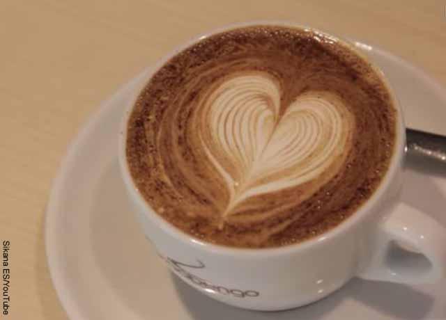 Foto de una taza de café moca servida en una taza blanca