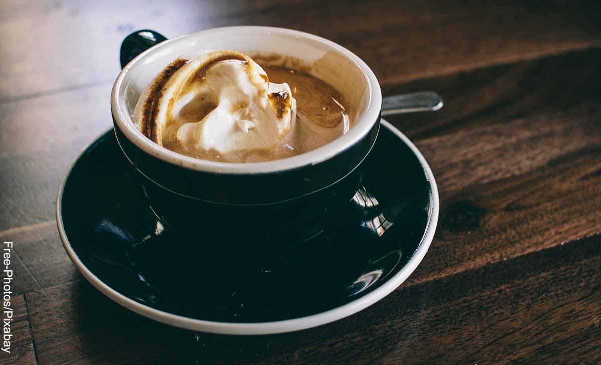 Foto de una taza sobre una mesa que revela cómo se hace el café moca