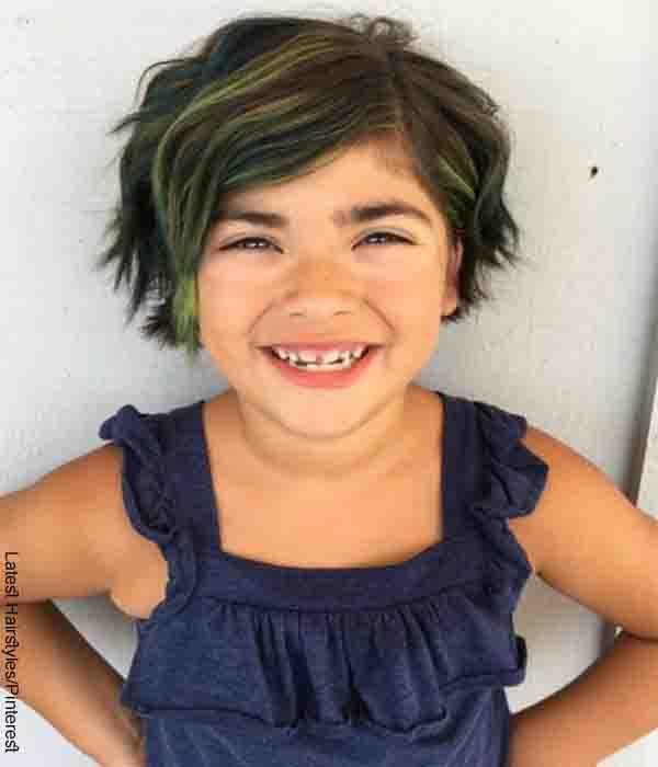 Foto de una niña pequeña con el cabello teñido de verde