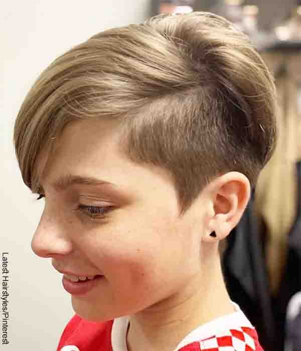 Foto de una niña rubia luciendo su melena que muestra los cortes para cabello corto
