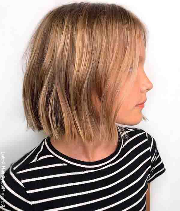 Foto de una niña que posa de medio lado con su cabello hasta el cuello