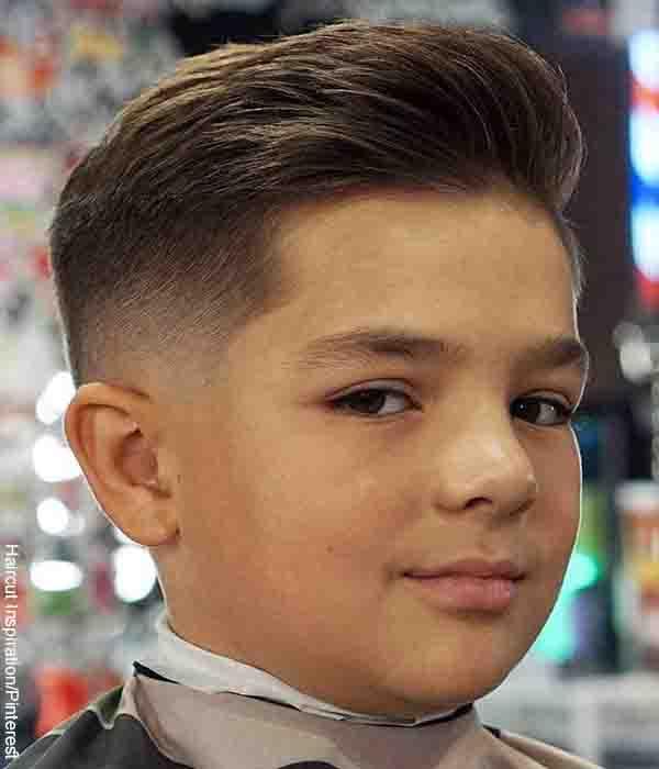 Foto de un niño mirando a la cámara que muestra los cortes para cabello corto