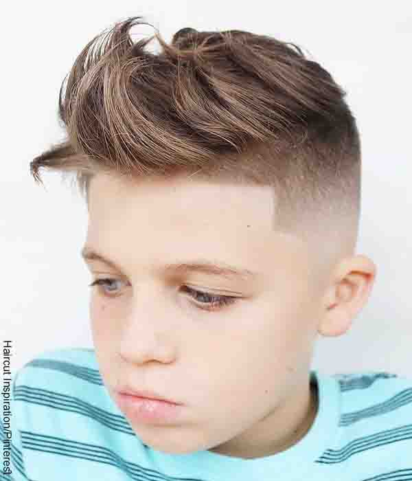 Foto de un joven con cabello alborotado