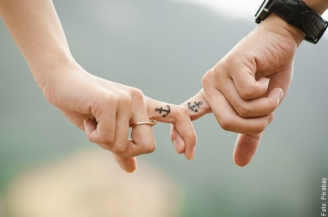 foto de manos juntas de pareja