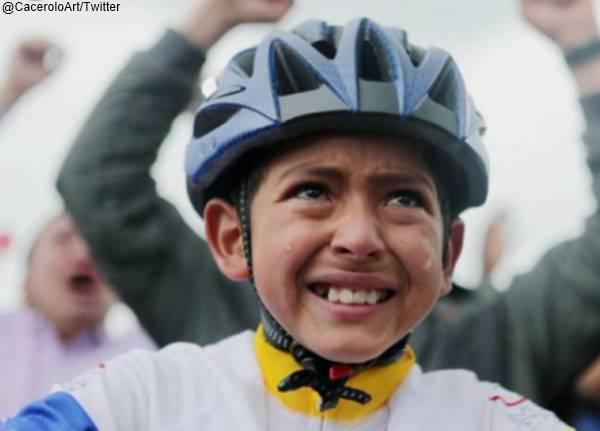 Foto del niño ciclista Julián Gómez llorando en homenaje a Egan Bernal en Zipaquirá