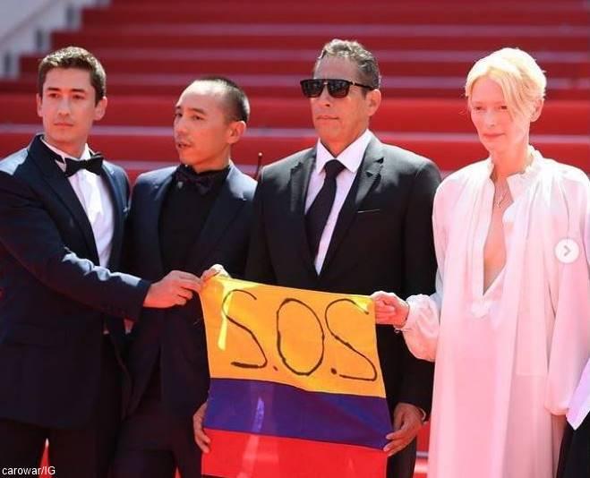 Foto de Tilda Swinton con una bandera de Colombia en Festival de Cannes 2021
