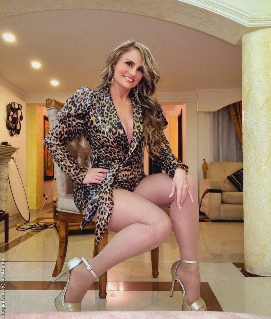 Foto de Aura Cristina Geithner sentada luciendo sus piernas