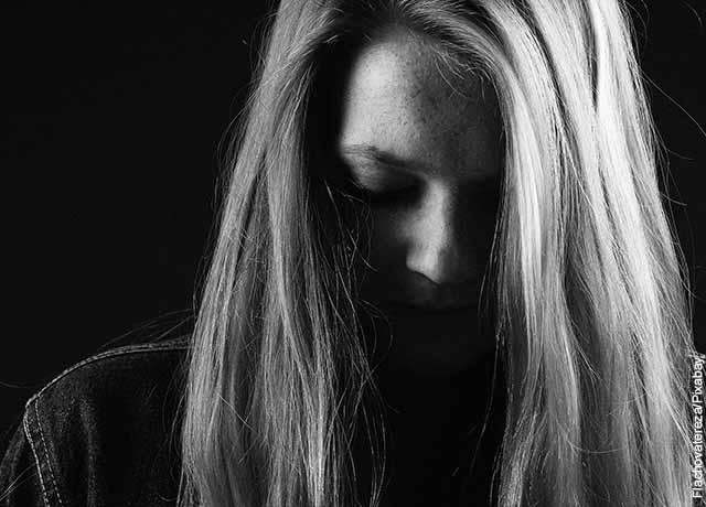 Foto de una mujer triste en blanco y negro