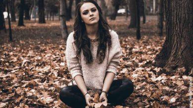 Foto de una mujer triste sentada que muestra las frases para pedir perdón a tu pareja