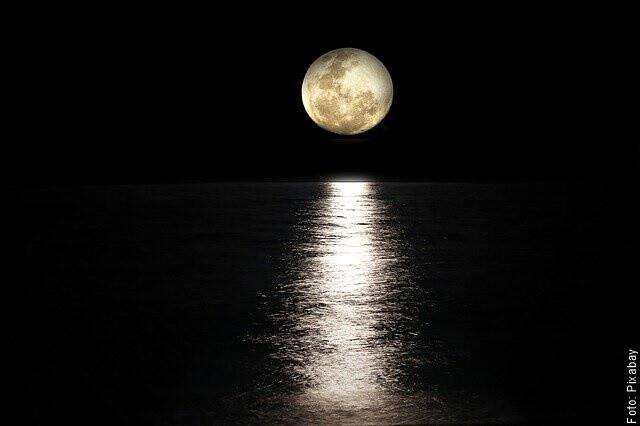 foto de luna sobre el mar