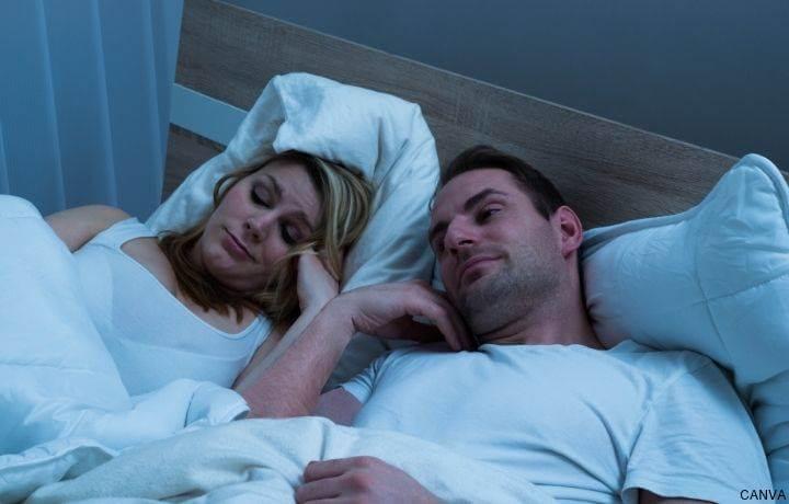 Foto de pareja aburrida en la cama