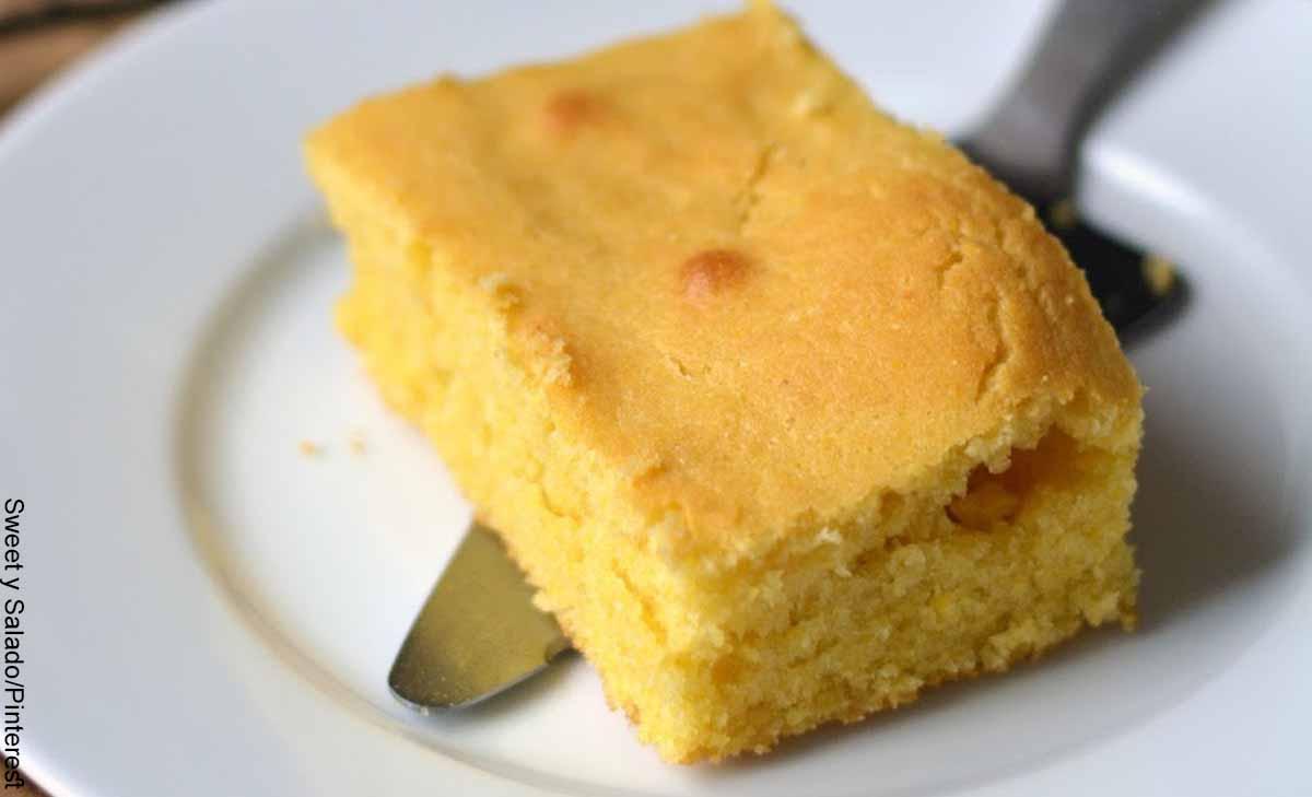 Foto de un trozo de torta sobre un plato que muestra la mantecada y su receta