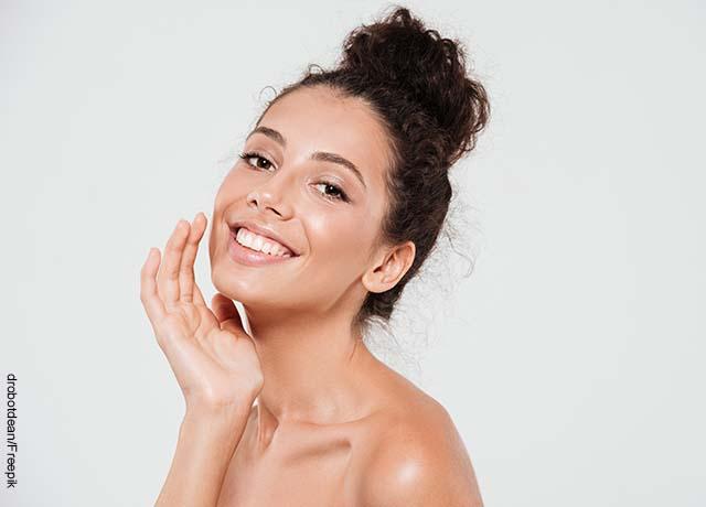 Foto de una modelo acariciando su rostro