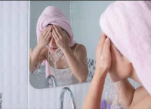 Foto de una mujer lavando su rostro con agua que muestra las mascarillas para el rostro