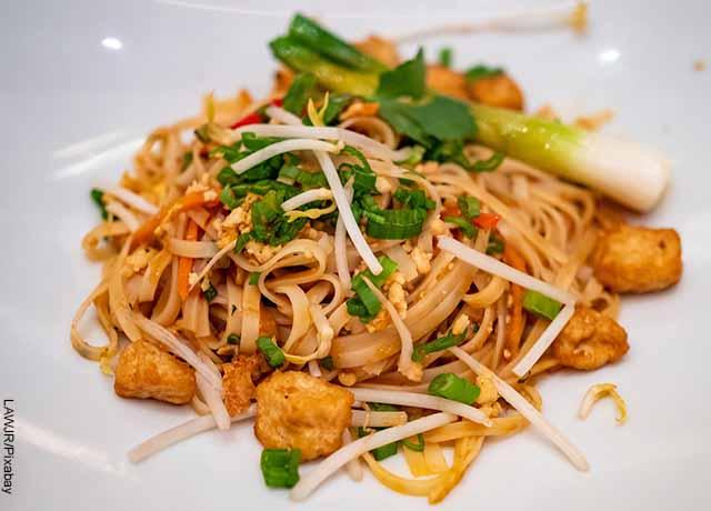 Foto de pad thai en un plato blanco