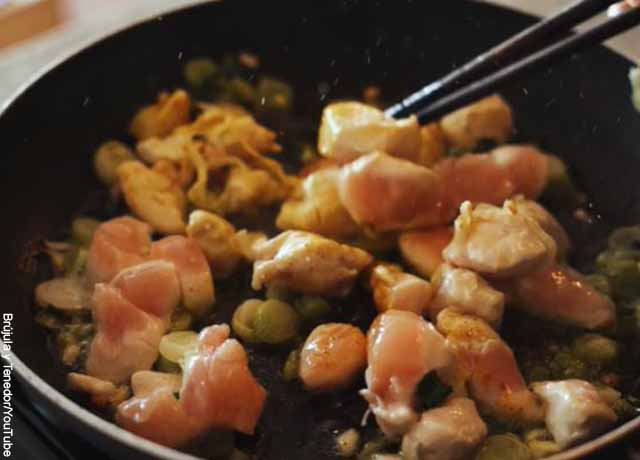 Foto de pollo cocinando en un wok
