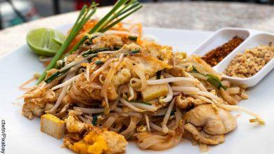 Foto de un plato de comida tailandesa que muestra el pad thai con su receta