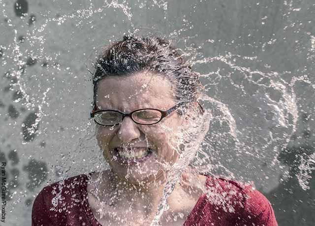 Foto de una mujer a la que le lanzaron un balde de agua