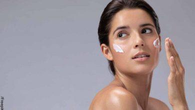 Foto de una mujer aplicando crema en su piel que revela para qué sirve el bicarbonato en la cara