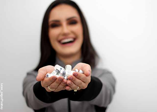 Foto de una mujer sosteniendo medicamente en sus manos