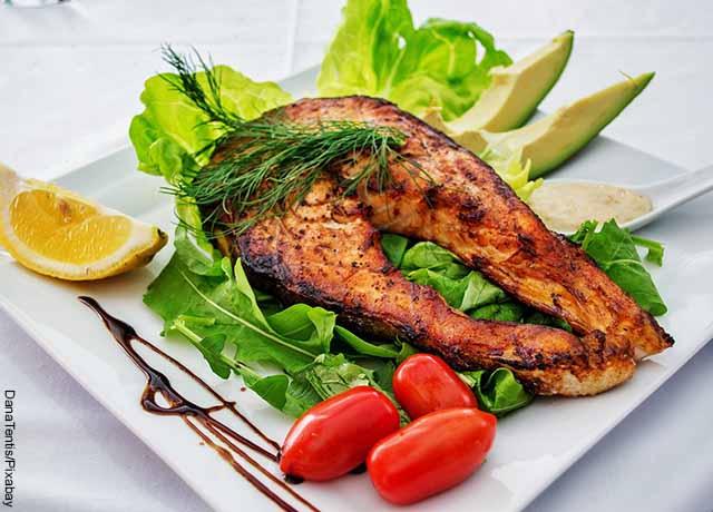 Foto de un plato de pescado y ensalada