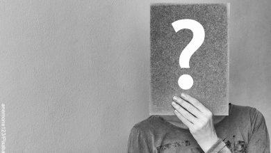 Foto de una persona sosteniendo un cartel de signo de pregunta sobre su cara que muestra para qué sirve el fósforo