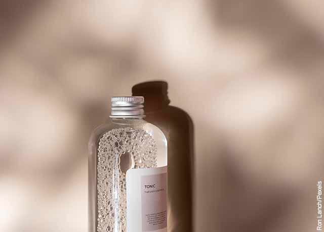 Foto de un tarro de agua sobre una mesa