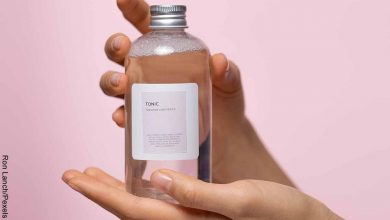 Foto de unas manos sosteniendo un producto de belleza que revela para qué sirve el tónico facial
