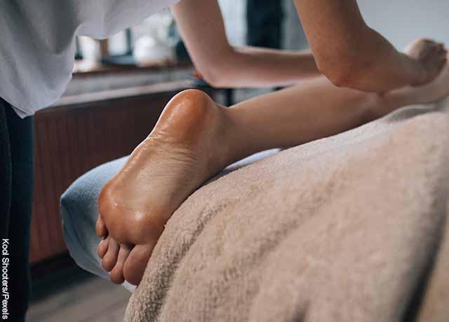 Foto de una persona recibiendo un masaje en sus piernas