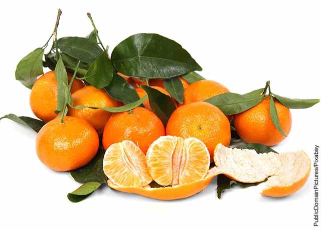 Foto de trozos de mandarina sobre una mesa blanca