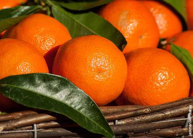 Foto de varias frutas dentro de una canasta que muestra para qué sirve la cáscara de mandarina
