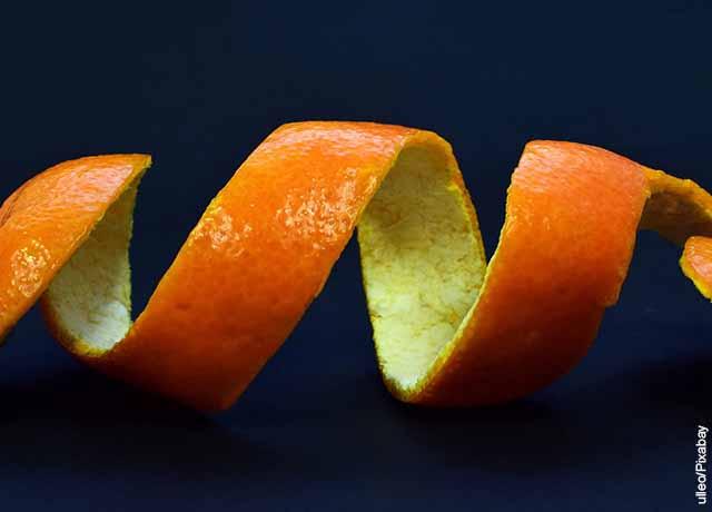 Foto de cáscara de una mandarina enrollada