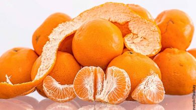 Foto de cascos de fruta que revela para qué sirve la cáscara de mandarina