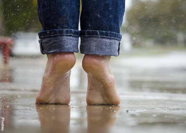 Foto de una persona descalza que muestra para qué sirve la cebolla