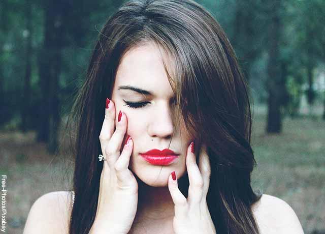 Foto del rostro de una mujer que está en un parque