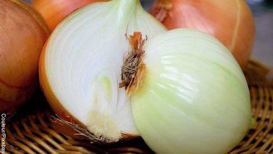 Foto de una cebolla partida a la mitad que revela para qué sirve la cebolla