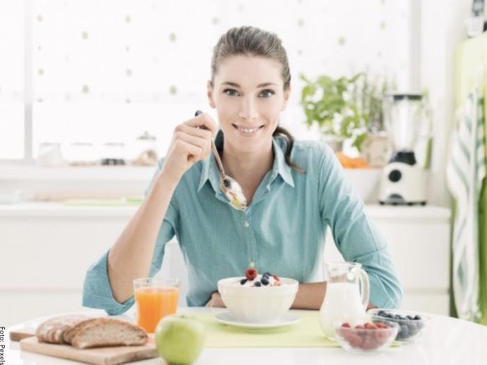 Foto de mujer comiendo fibra
